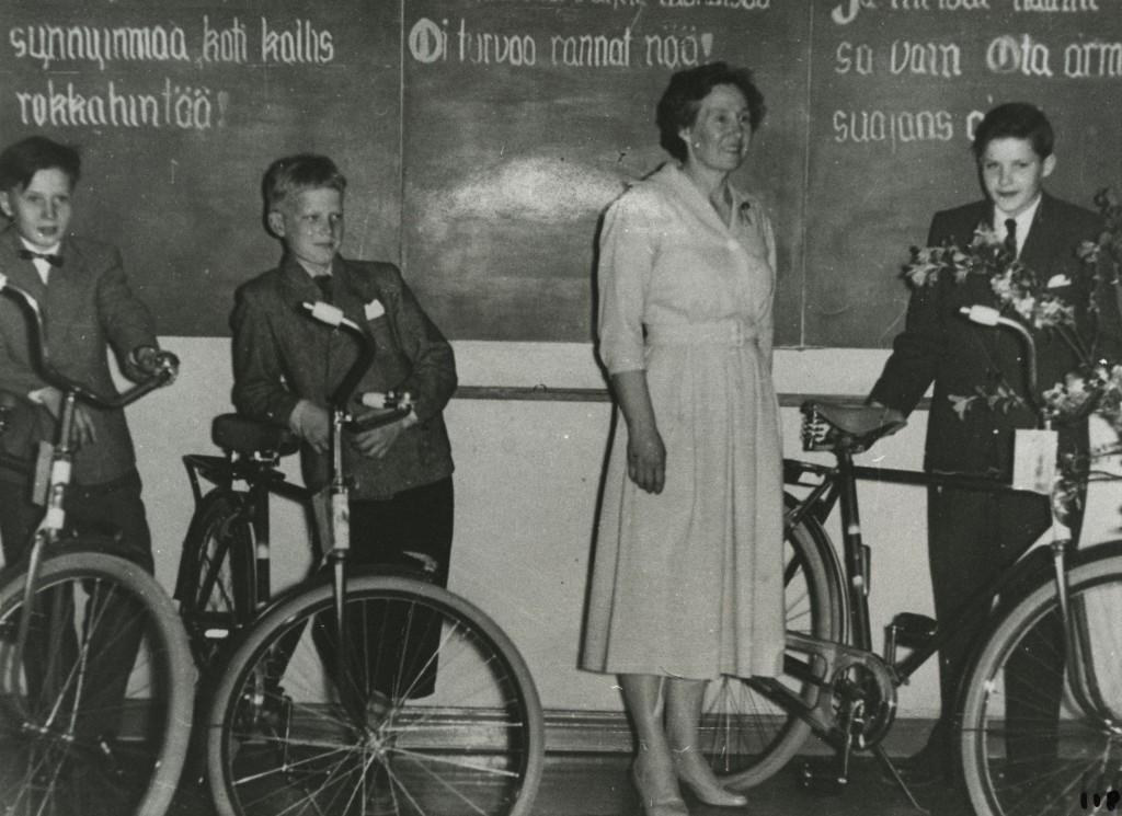 Kirjoituskilpailujen palkintojen jako kevätjuhlassa 1955