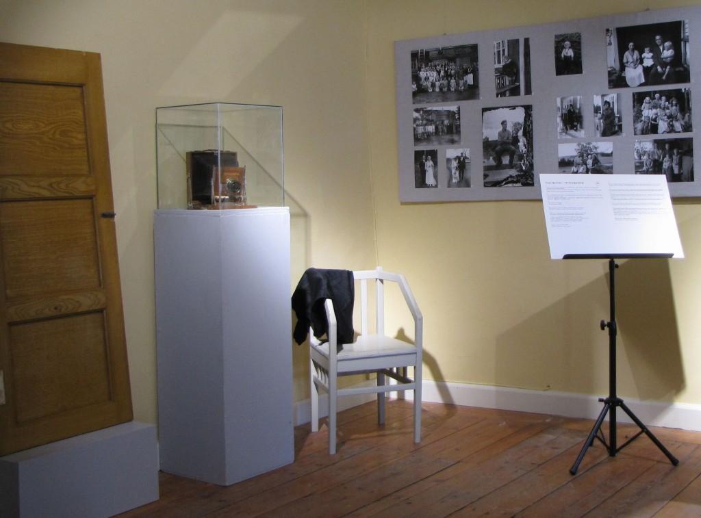 Juho Pessalan ootraama ovi ja valokuvia Loviisan kaupunin museon näyttelyssä