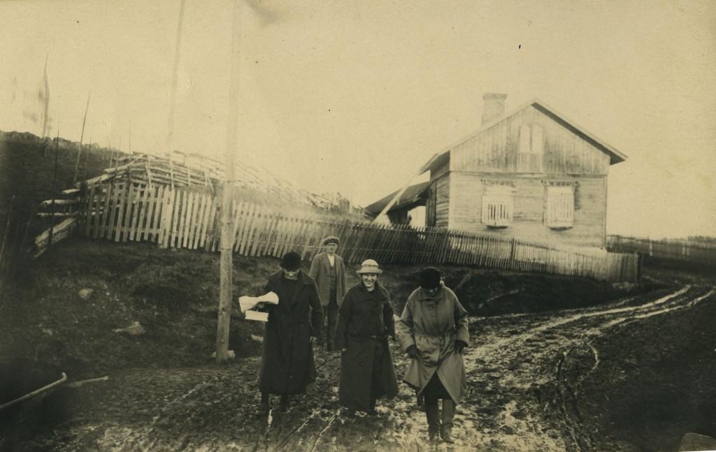 Syysloskaa. Nahkuri Vannisen talo. Rva Vanninen ystävieen makalla Surenkylän huoppiin päin sillan yli.