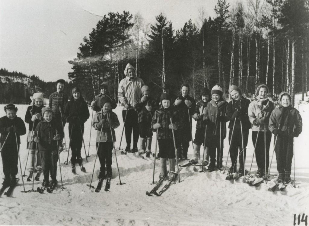 15 reipasta hiihtäjää open kansssa ryhmäkuvassa