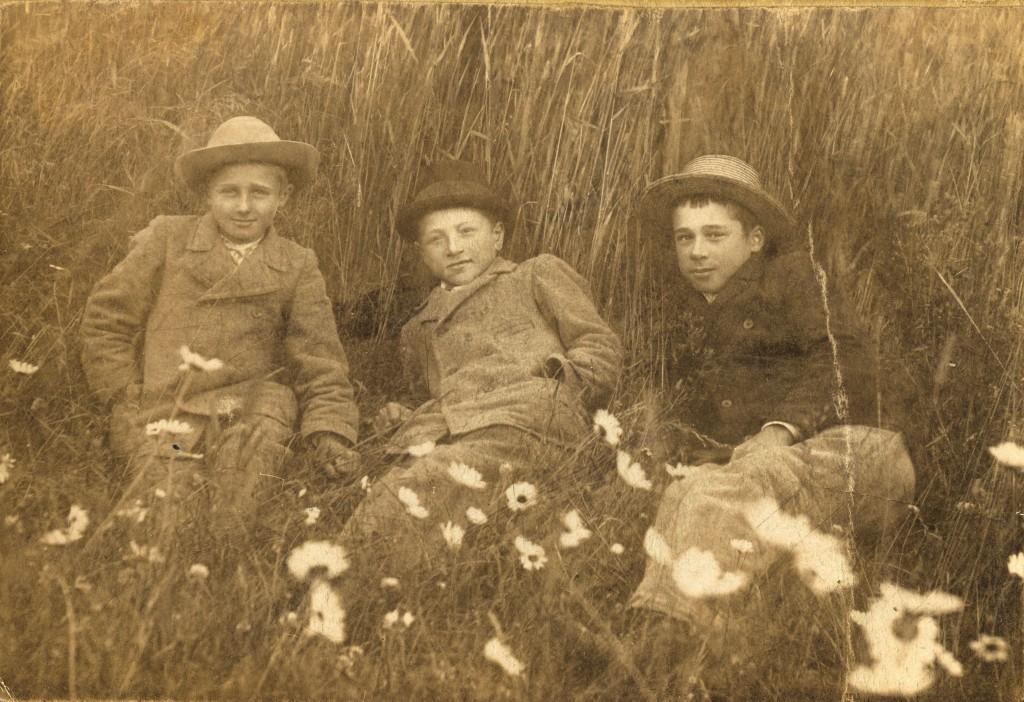 Paperikuvan takana oli  teksti (vas): Teudor, Ilmari ja Rafael