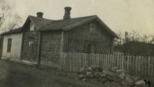 Helenin talo Myyrän tiellä. Ulkovuoraus tehty osaksi  päreillä. Foto Juho Pessala