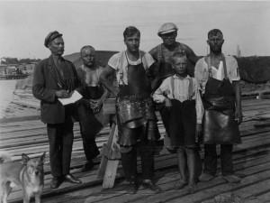 Miehiä lautataapeleitten päällä