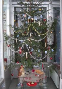 museon joulu-näyttelyn joulukuusi kirjastossa